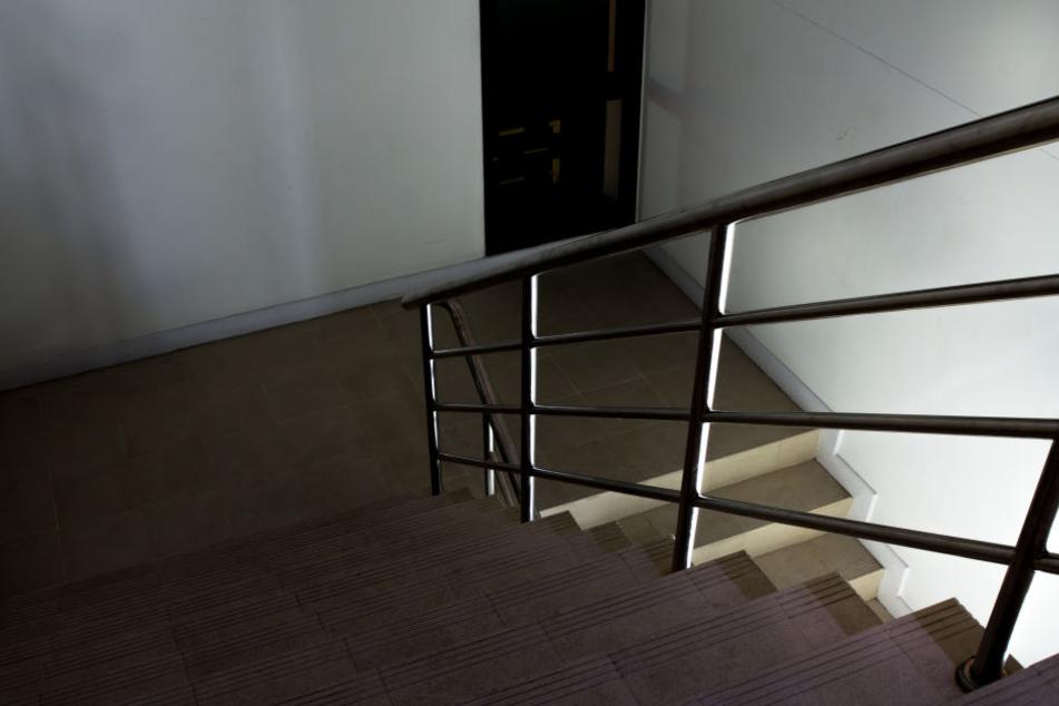 Zeugensuche: Ein Trio überfiel die Seniorin im Treppenhaus eines Mehrfamilienhauses an der Quirinstraße (Symbolbild).