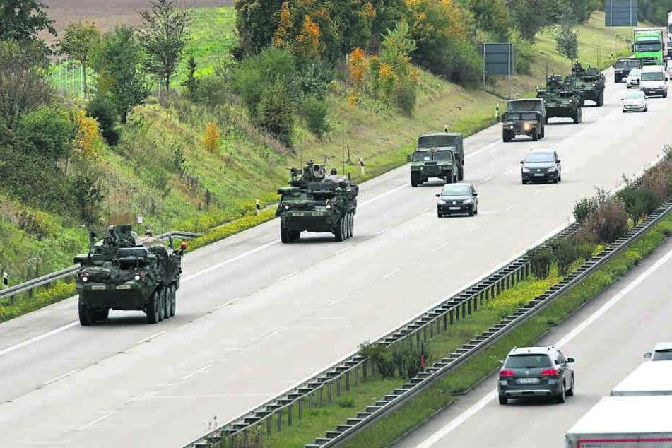 Immer wieder rollen Konvois der US-Armee durch Sachsen - wie hier auf der A4. Jetzt werden wieder Truppen ausgetauscht.