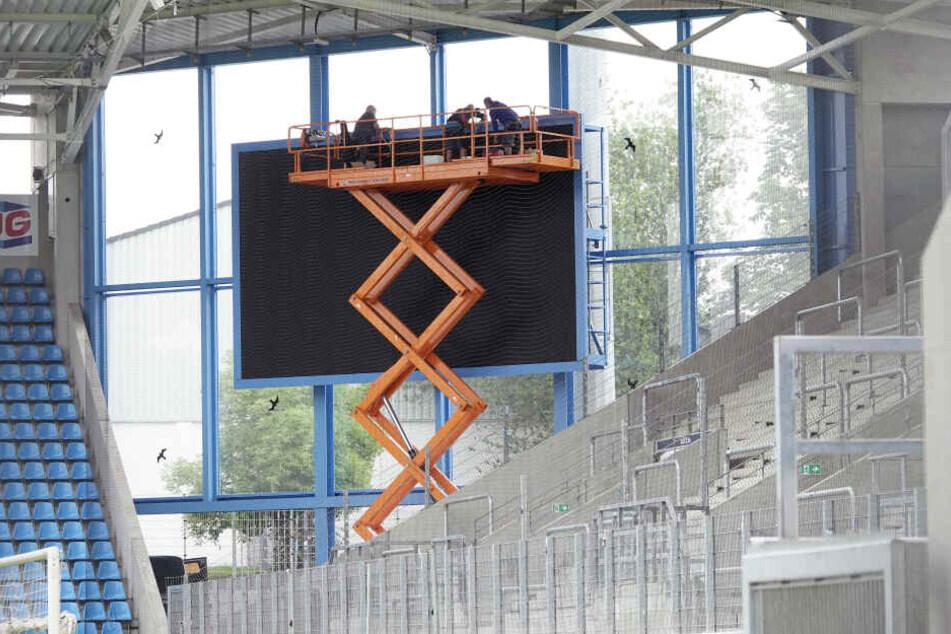 Eine neue Anzeigentafel hat das Stadion nun auch: Eine Plauener Firma hat die Tafel in dieser Woche montiert. Mit 40 Quadratmetern hat die Tafel die gleiche Göße, wie die alte LED-Wand, die inzwischen im Stadion des VfB Auerbach steht.