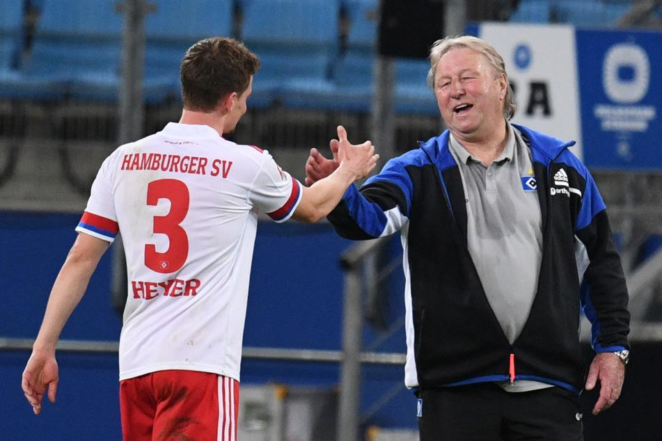 Interimscoach Horst Hrubesch (r.) hat den HSV-Spielern um Defensiv-Allrounder Moritz Heyer wieder Selbstvertrauen eingeimpft.