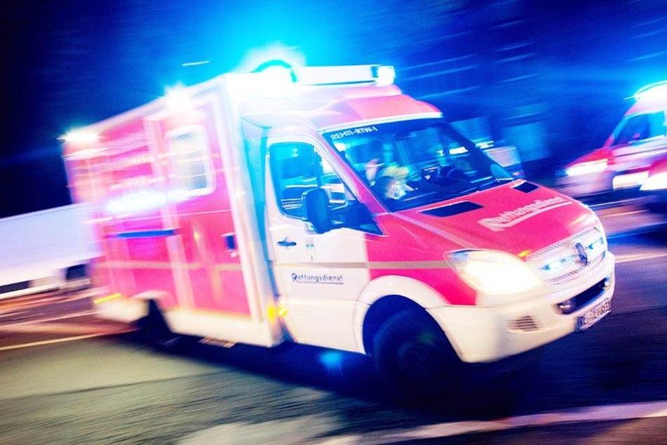 Sanitäter, Polizisten und ADAC-Mitarbeiter überstanden den Unfall unverletzt. (Symbolbild)