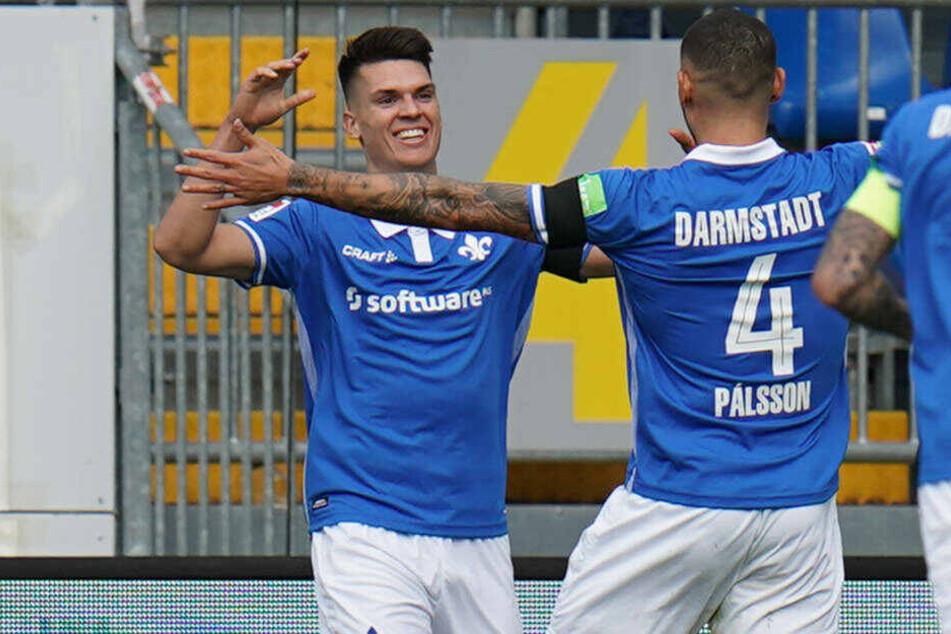 Victor Pálsson (r.) bejubelt mit Torschütze Mathias Honsak das 2:0.