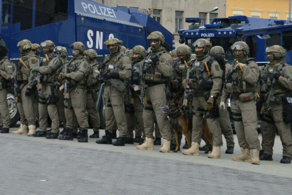 Polizisten eines Sondereinsatzkommandos (SEK) halten sich in Wurzen bereit.