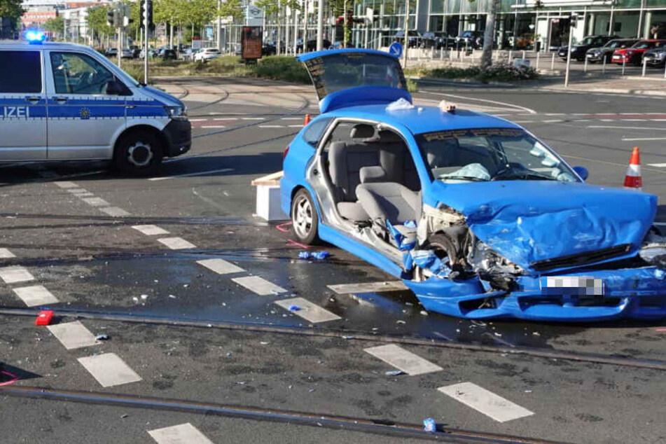Der Kia wurde schwer beschädigt, die Insassen mussten offenbar aus dem Wrack geschnitten werden.