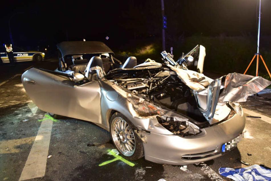 Der Sportwagen ist völlig zerstört.