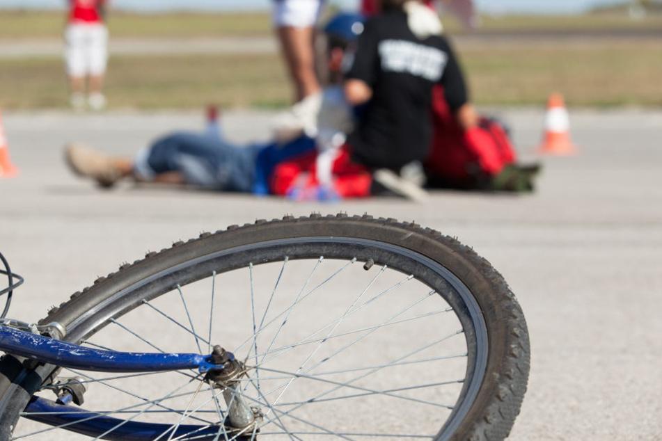 Der schwerverletzte Radfahrer wurde in ein Krankenhaus gefahren (Symbolbild).