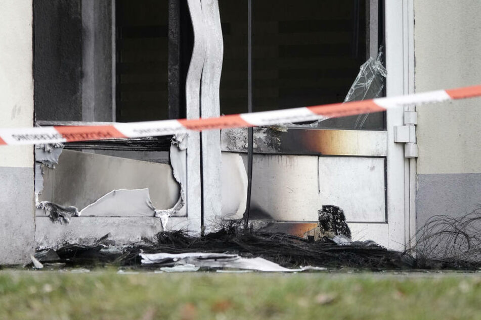 Die Ladentür des rechtsextremen Geschäftes wurde bei dem Brand zerstört.