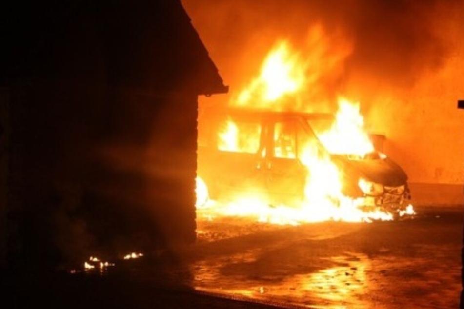 Brandanschlag? Transporter steht in Flammen, Bewohner müssen flüchten