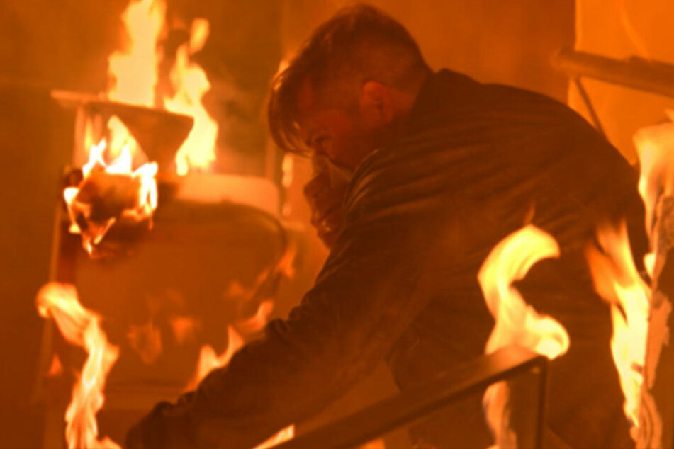 Leon konnte John gerade so aus dem brennenden Mauerwerk retten.