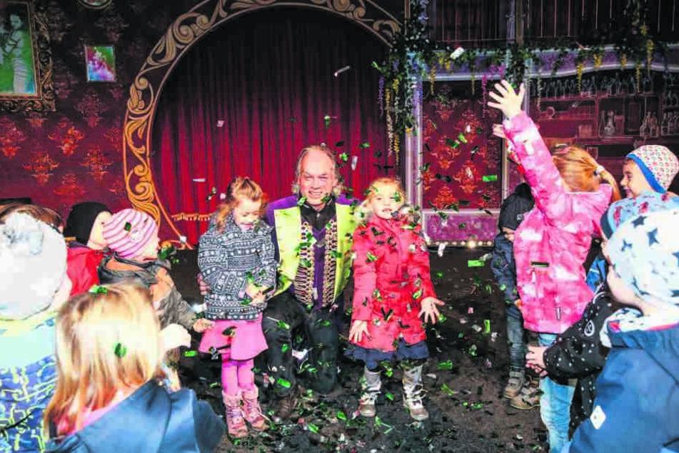 André Sarrasani lässt für die Kindergarten-Kinder auf der Bühne Flitter regnen.