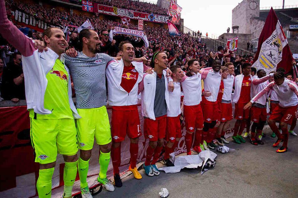 Der Jubel nach dem 4:1 bei Hertha BSC vor den 10.000 mitgereisten Fans war beim Team von RB Leipzig riesengroß.
