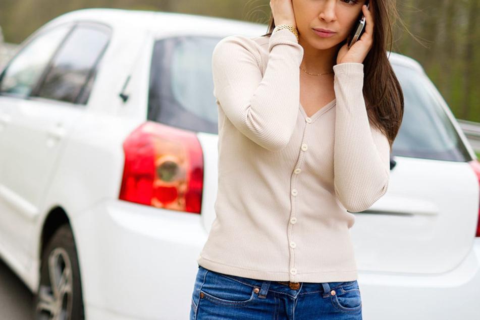 Der Ehemann zog sie gewaltsam aus dem Fahrzeug und fuhr ohne sie weg!