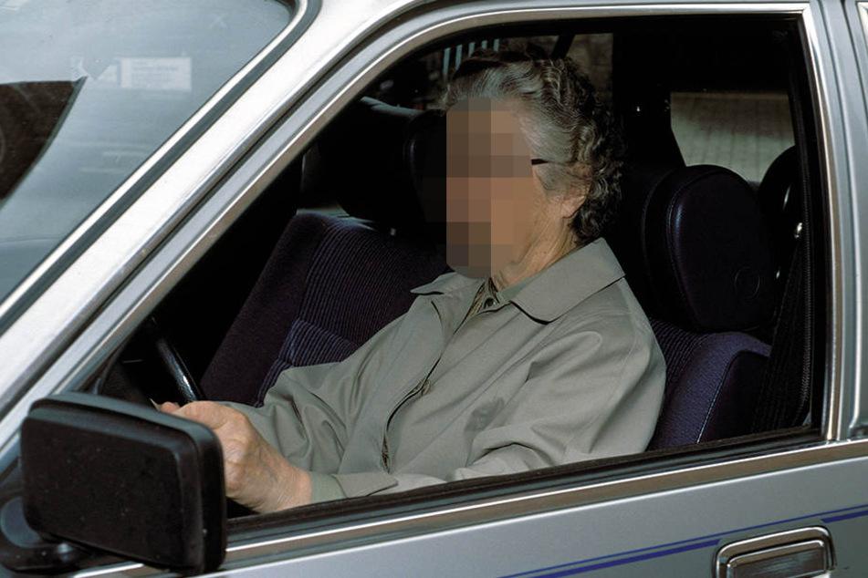 Die 72-jährige kam auf ihrer rasanten Fahrt erst zum Stehen, als sie gegen eine Garagenwand prallte. (Symbolbild)