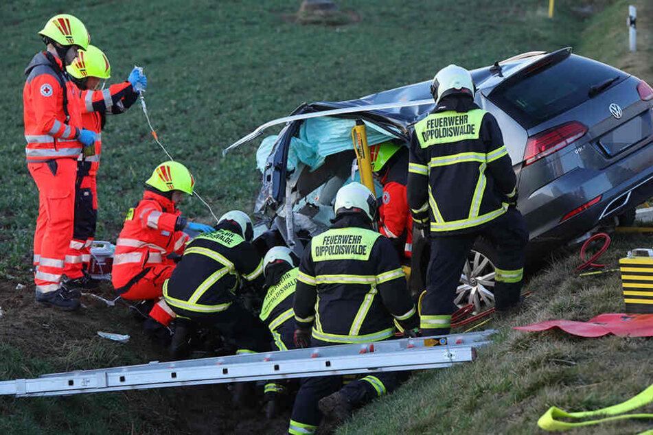 VW crasht in Lkw: Golf-Fahrerin eingeklemmt, B170 gesperrt