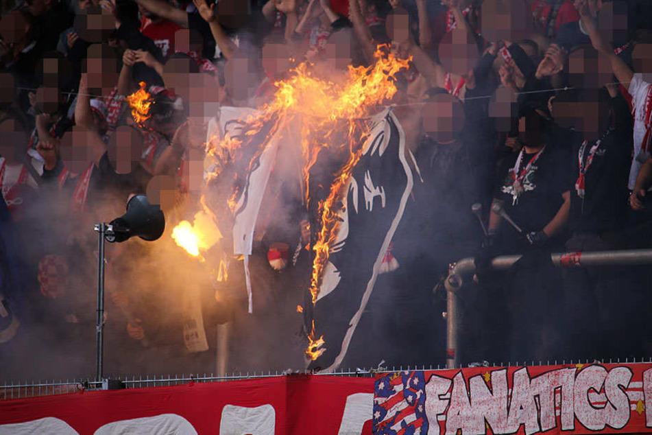 Eine Fahne der Jenaer Gäste soll durch Erfurter Fans verbrannt worden sein.