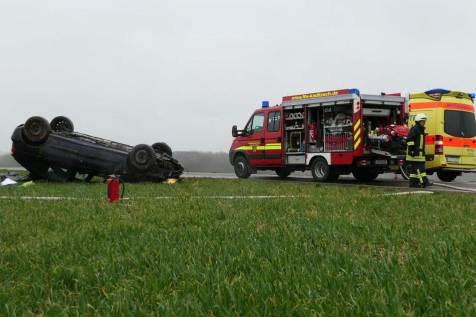 Ein Pkw Renault war von der Fahrbahn abgekommen, hatte sich überschlagen und war auf dem Dach liegend zum Stehen gekommen.