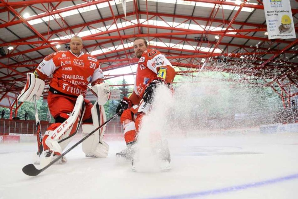 Kapitän André Schietzold (r.), hier mit Goalie Sebastian Albrecht, weiß um das verkorkste erste Punktspiel-Wochenende und die aktuellen Baustellen der Eispiraten.