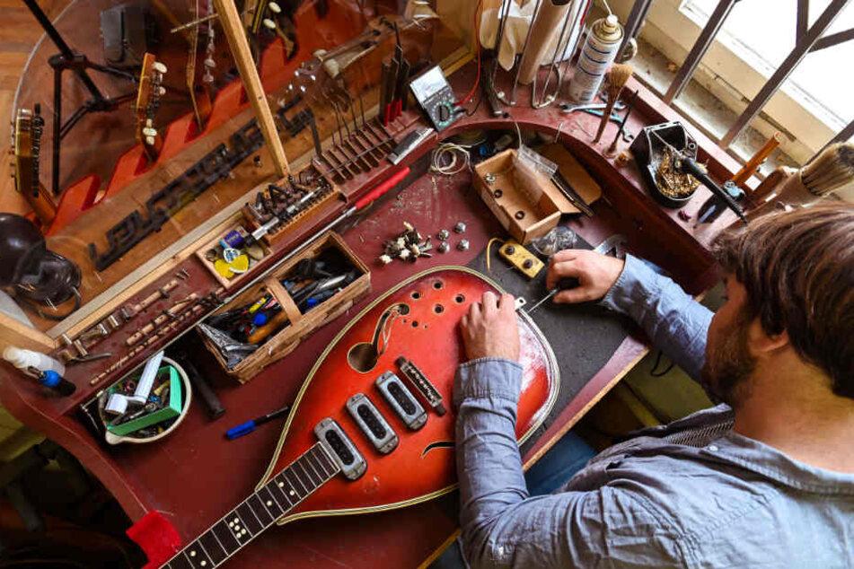 """Bevor Steinbrecher diese """"Heinz Seifert""""-Gitarre eines Kunden wieder auf Vordermann bringen kann, muss er sie an seiner Werkbank auseinander nehmen."""