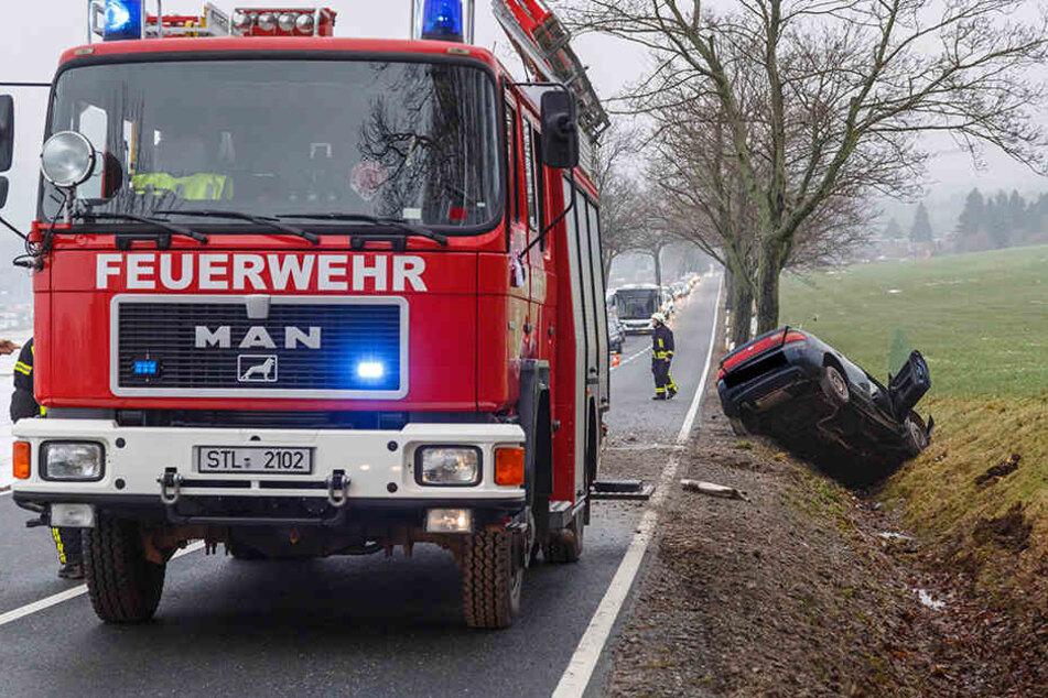 Rettungsdienst und Feuerwehr aus Zwönitz eilten zum Unfallort auf der Straße zwischen Grünhain und Zwönitz.