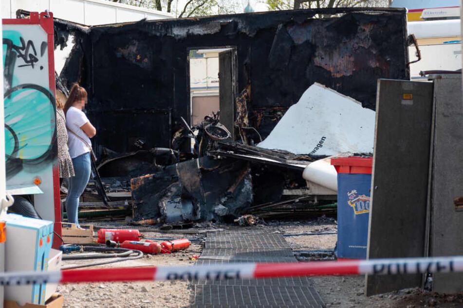Der Toilettenwagen brannte vollständig aus.