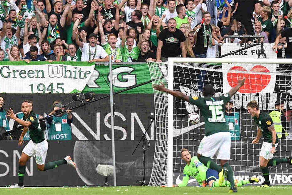 John Anthony Brooks (l.) erzielt die Führung für den VfL Wolfsburg. Seine Mannschaftskameraden und die Fans feiern den gebürtigen Berliner.