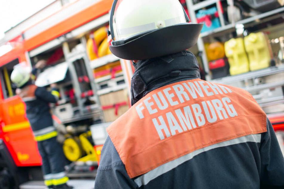 Hamburger Feuerwehrleute checken ihr Einsatzfahrzeug.