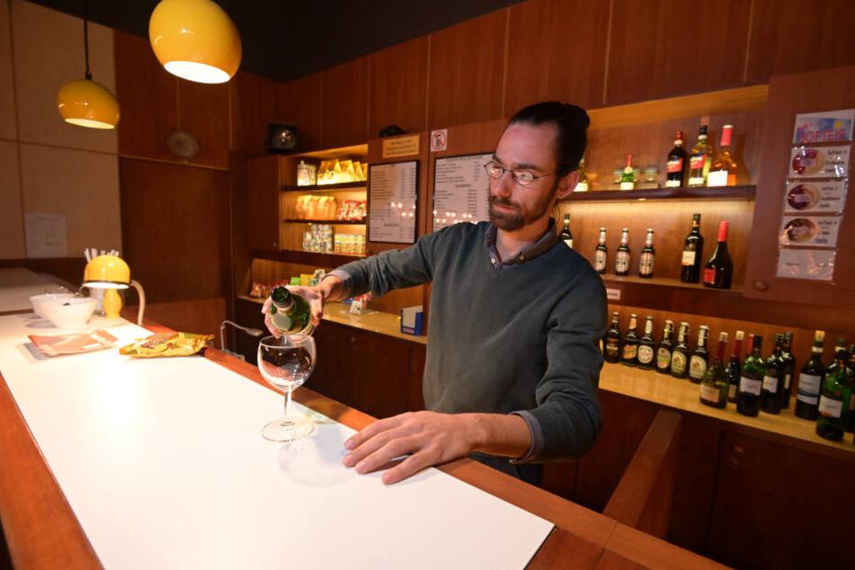 Das Clubkino Siegmar ist für die gemütliche Atmosphäre bekannt. Hier bedient Roman Pilz an der Bar.