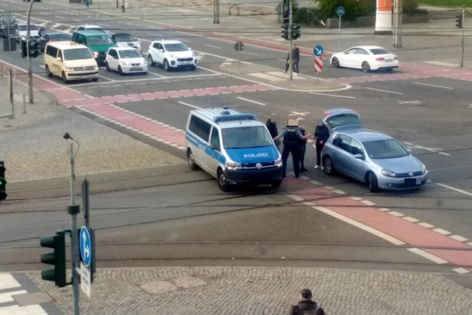 Das Auto steht mitten auf der Kreuzung.