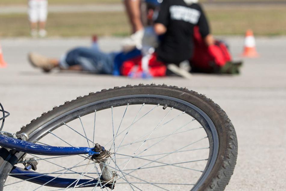 Radlerin gerät in Lkw-Sog und wird in Graben geschleudert