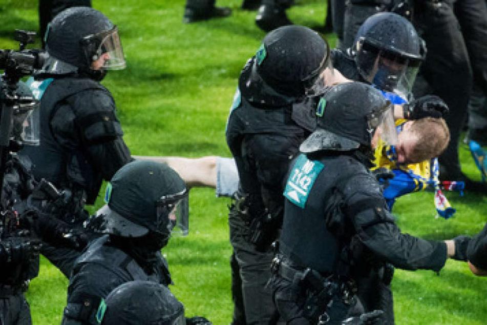 Die Sicherheitskräfte mussten die Übeltäter teilweise gewaltsam vom Rasen entfernen.