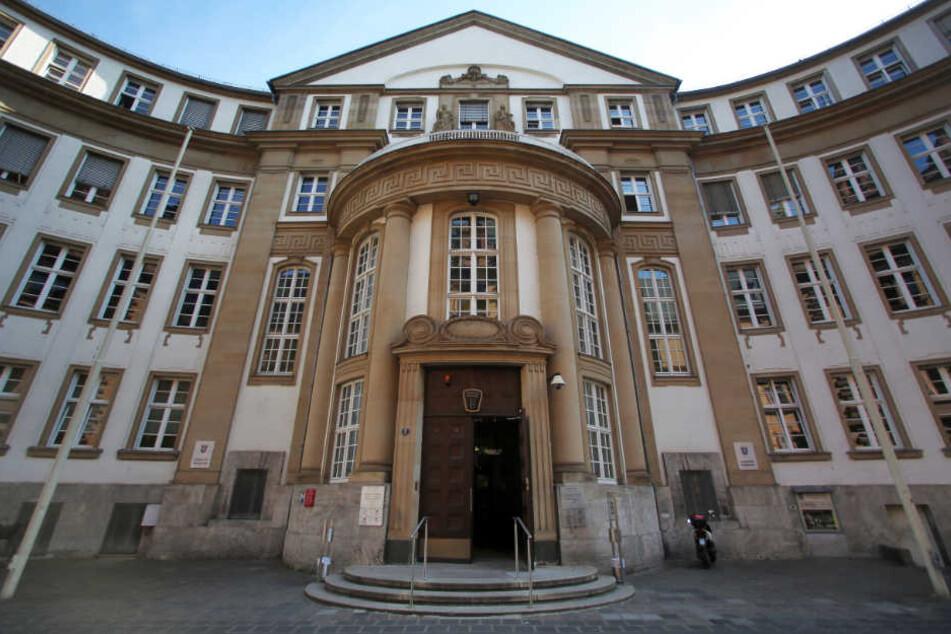 Der 50-jährige Angeklagte muss sich vor der Schwurgerichtskammer des Landgerichts Frankfurt verantworten.