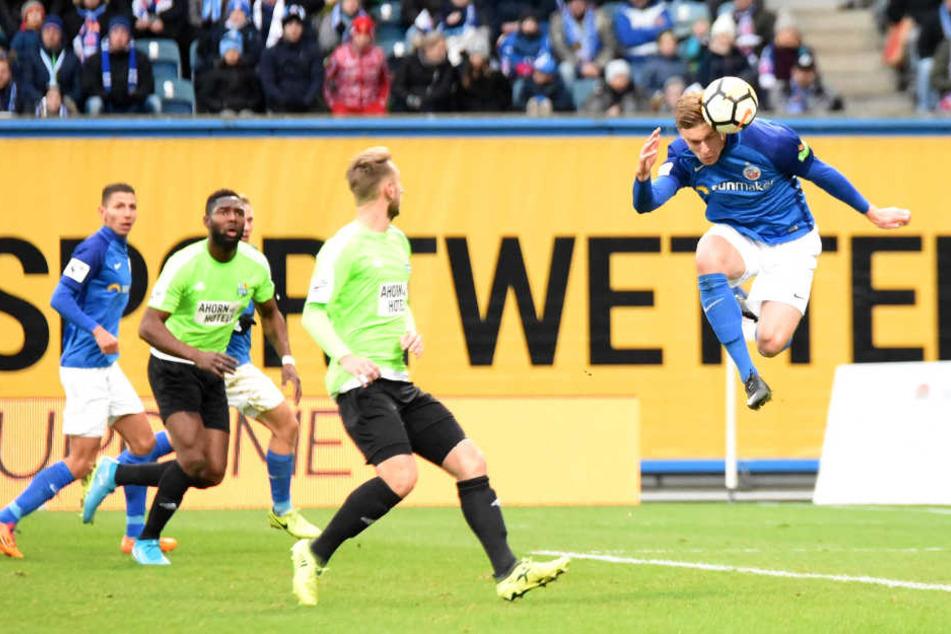 Da hatten die Jungs vom CFC keine Chance: Oliver Hüsing erzielt das 1:0 für Rostock per Kopfball.