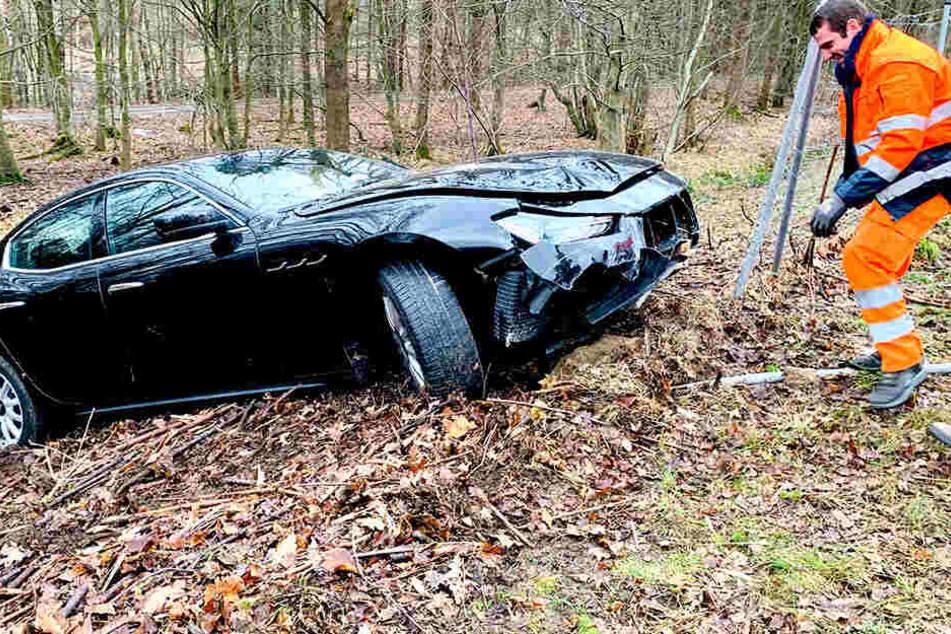 Nobelkarosse brettert durch Zaun am Straßenrand: Fahrer verletzt