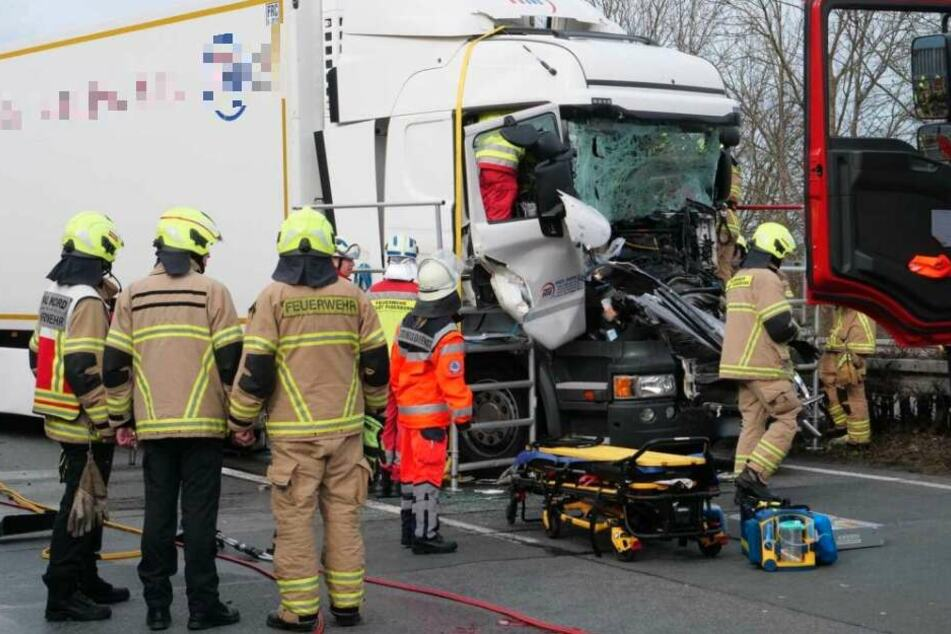 Brummi-Fahrer wird bei Autobahn-Crash mit Sattelzug in Führerhaus eingeklemmt