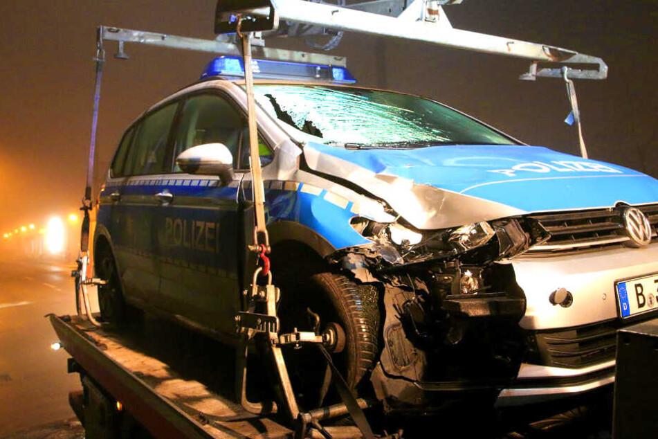 Fußgänger wird von Polizeiauto erfasst und stirbt
