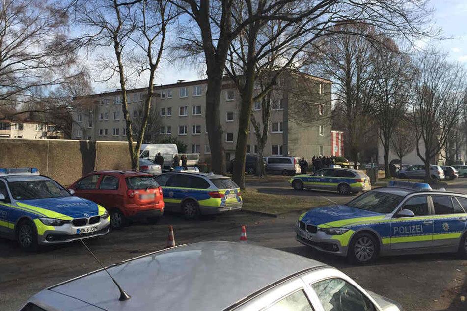 In einem Mehrfamilienhaus in Baumheide verschanzt sich ein Mann, der Selbstmord begehen will.