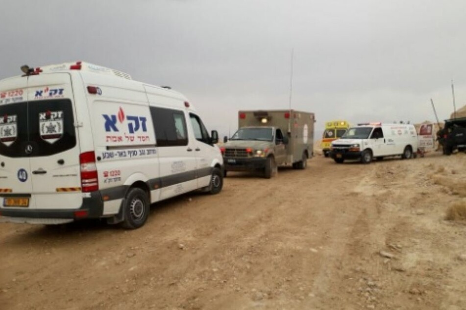 Freiwillige, darunter von Zaka, sind auf dem Weg, um bei der Bergung der Getöteten zu helfen.