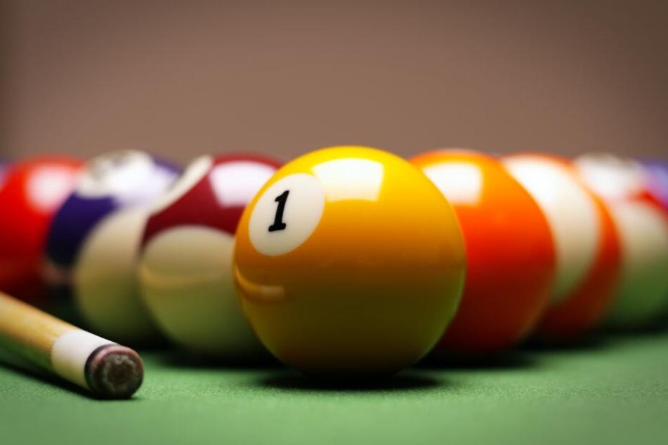 Der Unbekannte warf eine Billiardkugel auf den Krankenwagen. (Symbolbild)