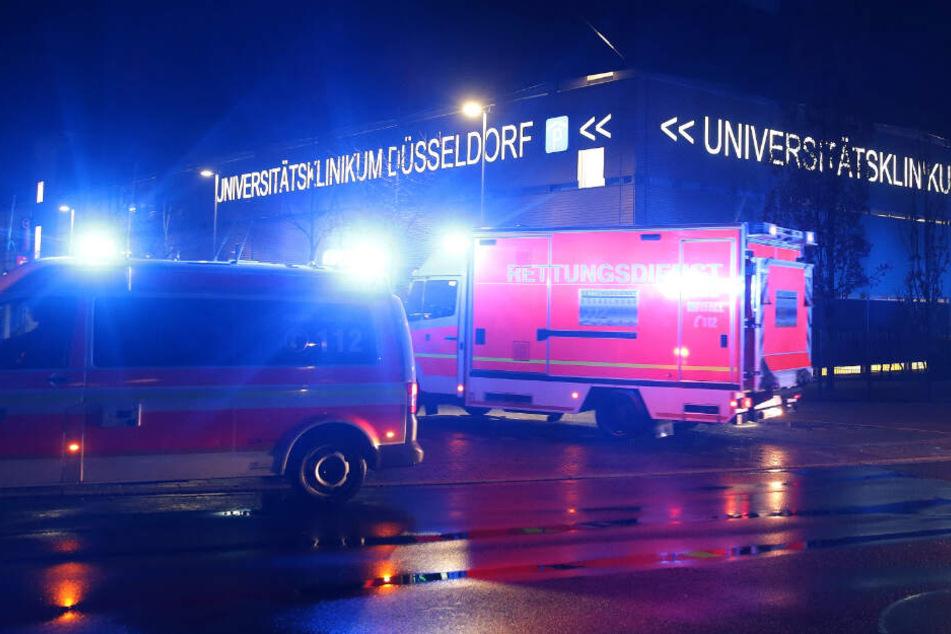 Krankenwagen fahren vor dem Krankenhausgelände vor.