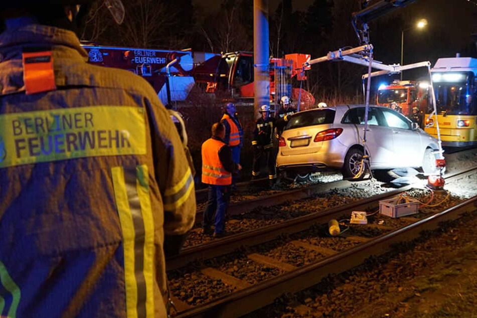 Mit einem Kran der BVG konnte das Auto geborgen werden.