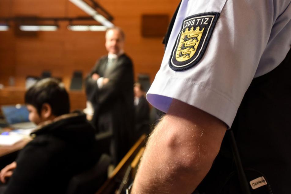 Der Angeklagte Hussein K. sitzt in Freiburg im Landgericht im Gerichtssaal.
