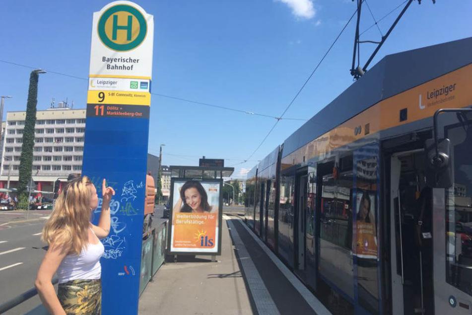 """An der Haltestelle """"Bayerischer Bahnhof"""" fiel Laura in dem Gerangel gemeinsam mit ihrem Peiniger aus der Bahn. Hundedame Betty vergaß Laura da glatt in der Tram."""