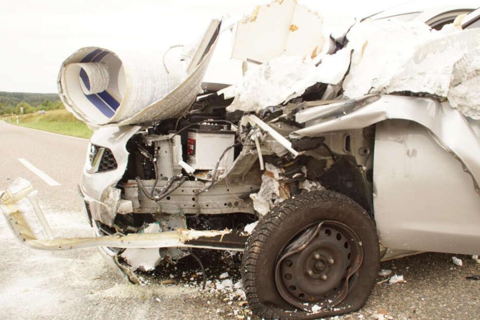 Auto gerät in Gegenverkehr und kracht in Wohnwagen: Mehrere Verletzte