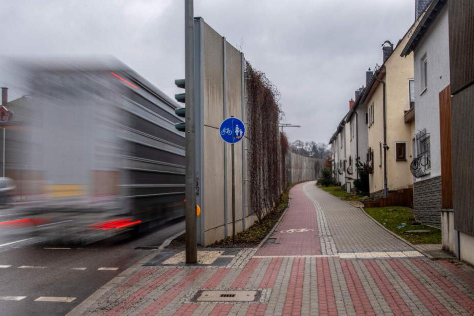 Entlastung für Anwohner? Eine Lärmschutzwand an der Zschopauer Straße trennt die Häuser vom Straßenkrach.