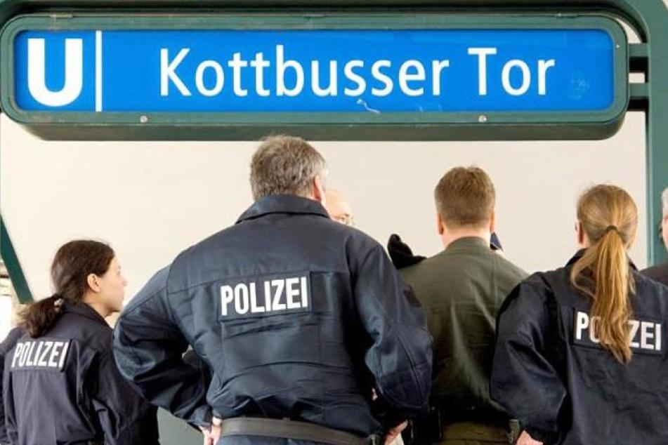 Eine Gruppe von Jugendlichen hat in der Nacht auf Samstag am Bahnhof Kottbusser Tor in Berlin-Kreuzberg zwei Männer angegriffen und einen von ihnen auf die Gleise geschubst (Symbolbild).