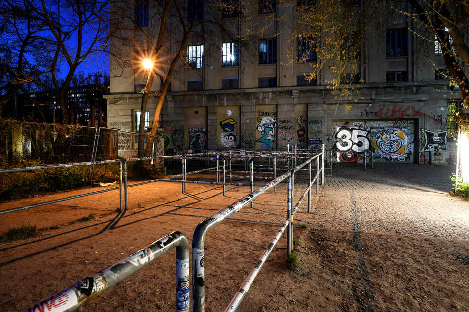 """Der verlassene Vorplatz vor dem Club """"Berghain"""", der aufgrund der Corona-Pandemie geschlossen ist."""