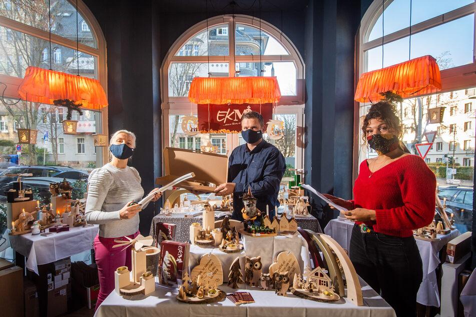 """Josephin Berger (r.) trifft zusammen mit Sandra und Silvio Stibane (41) von der """"Erzgebirgs Kunstwerkstatt Markl"""" die letzten Vorbereitungen im neuen Pop-up-Store."""