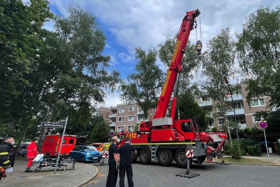 Die Feuerwehr rückte mit einem Kran an, um den Mann aus seiner Wohnung zu hieven.