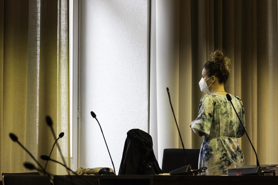 Die Klägerin Felicitas Rohrer steht im Landgericht Freiburg und blickt aus dem Fenster. (Archivbild)