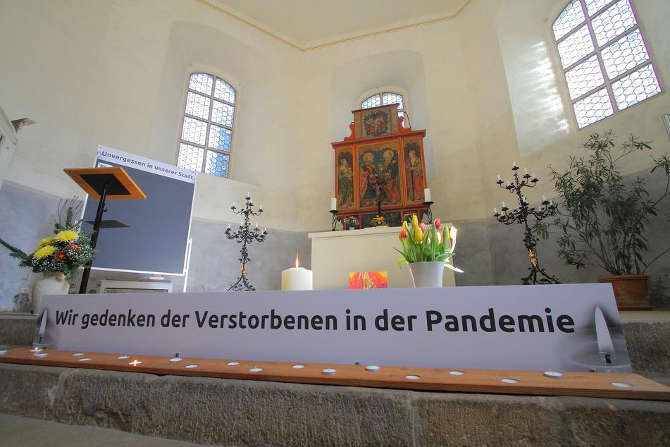 Die Gedenkstelle ist unmittelbar vor dem Altar eingerichtet.